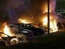 Demonstranti ve Fergusonu zapaluj� auta i budovy. Ulicemi se rozl�haj� v�st�ely z pistol� i t�k�ch automatick�ch zbran� (25. listopadu 2014)