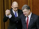 Ukrajinsk� prezident Petro Poro�enko gratuluje ke zvolen� staronov�mu premi�rovi. Op�t se j�m stal Arsenij Jace�uk (27. listopadu 2014)