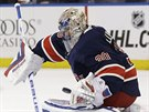 POD KONTROLOU. Brank�� New York Rangers Henrik Lundqvist krot� puk.