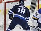 POKO�EN�. Brank�� St. Louis Blues Jake Allen nesta�il na dor�ku Bryana Littlea z Winnipegu.