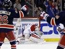 KUDY? Brank�� Montrealu Dustin Tokarski pr�v� inkasoval, hokejist� New York Rangers slav�.