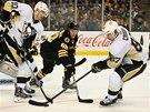 DEBUT. David Pastrňák z Bostonu (uprostřed) si premiéru v NHL odbyl proti Pittsburghu. Hned tak mohl znepříjemňovat život Sidneymu Crosbymu (vpravo), který vyváží puk ve spolupráci s vytáhlým bekem Christianem Ehrhoffem.