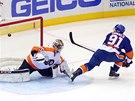 GÓL V NÁJEZDECH. John Tavares z New York Islanders překonává brankáře Philadelphie Stevea Masona.