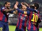 OSLAVA. Lionel Messi přijímá od spoluhráčů z Barcelony gratulace ke gólu.