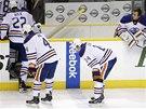 ZLOMENÍ. Hokejisté Edmontonu opouštějí led po porážce v prodloužení.