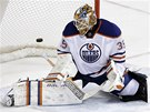 JEN SE OHLÉDL. Brankář Edmontonu Viktor Fasth inkasuje gól v prodloužení.