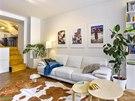 Obývací prostor dekorují fotografie z cest, jejichž autorem je Ivo. Vlevo je zachycený prodavač máty v Maroku, uprostřed dům na břehu řeky Mekong ve Vietnamu a vpravo žena s dítětem v Panamě. Tři metry dlouhou koženou sedací soupravu stačilo pořádně vyčistit. Majitelka ji vydražila na Aukru.