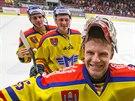 Českobudějovičtí hokejisté slaví výhru, v popředí brankář David Gába.
