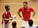 Roger Federer (vpravo) a švýcarský nehrající kapitán Severin Lüthi během finále Davis Cupu.