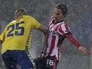 Andres Guardado (vpravo) z PSV Eindhoven se snaží v hustém dešti najít svého spoluhráče Luuka de Jonga, kombinaci se pokouší přerušit Diogo Amado z Estorilu.