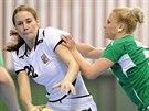 Česká házenkářka Martina Crhová (v bílém) během utkání s Ázerbájdžánem.