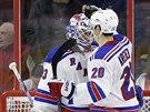 Hokejisté New Yorku Rangers slaví výhru ve Philadelphii.