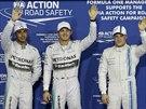 AHOOOOJ! Stupně vítězů po kvalifikaci na VC Abú Zabí - uprostřed Nico Rosberg, který dojel první, vlevo je druhý Lewis Hamilton a vpravo pak třetí Valtteri Bottas.