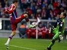 Thomas Müller z Bayernu Mnichov zkouší překonat gólmana Hoffenheimu Olivera Baumanna.