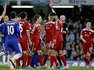 JDI VEN! Claudio Yacob z West Bromwiche (s číslem 5) právě dostává červenou kartu v utkání proti Chelsea.