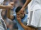 VSTÁVEJ! Sergio Agüero (uprostřed) z Manchesteru City během duelu proti Swansea