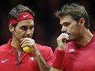 PORADA. Švýcarští tenisté Roger Federer (vlevo) a Stanislas Wawrinka debatují během čtyřhry ve finále Davis Cupu proti Francii.