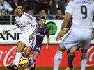 SOUHRA V REALU MADRID. Karim Benzema (zády s číslem 9) čeká na přihrávku od Cristiana Ronalda v duelu s Eibarem.