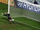 Brankář Dukly Martin Chudý inkasuje rozhodující gól z penalty, kterou proměnil Jan Krob.