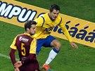 Otto Urma z Teplic (ve žlutém) odkopává míč před Markem Hanouskem z Dukly.