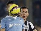 NEVIDITELNÝ. Balón se dostal až k očím Antonia Candrevy z Lazia Řím (vlevo), přihlíží Stephan Lichtsteiner z Juventusu.