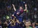 NAD HLAVAMI SPOLUHRÁČŮ. Hráči Barcelony oslavují Lionela Messiho, který gólem proti Seville překonal střelecký rekord španělské ligy.