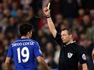 TUMÁŠ. Rozhodčí Kevin Friend (vpravo) uděluje žlutou kartu Diegovi Costovi z Chelsea.