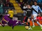 Gareth Bale z Realu Madrid (v červeném) zkouší vyzrát na gólmana Málagy Carlose Kameniho.