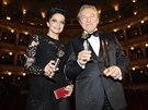 Karel Gott a Lucie Bílá pózují se získanými cenami (29. listopadu 2014).