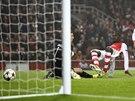 BRZKÉ VEDENÍ. Yaya Sanogo z Arsenalu (druhý zleva) překonává ve druhé minutě dortmundského gólmana Weidenfellera.