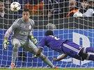 TAHLE HLAVIČKA LETÍ DO BRÁNY. Chancel Mbemba z Anderlechtu překonává Fernanda Musleru, gólmana Galatasaraye Istanbul.