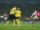 POJIŠŤUJE VEDENÍ. Alexis Sánchez z Arsenalu (vpravo) zvyšuje proti Dortmundu na 2:0.