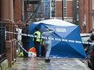 Podle londýnské záchranné služby jsou oběťmi dva muži ze stěhovací služby, kteří právě stěhovali pohovku.