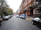 Policie ulici pod balkonem uzavřela a zahájila vyšetřování.