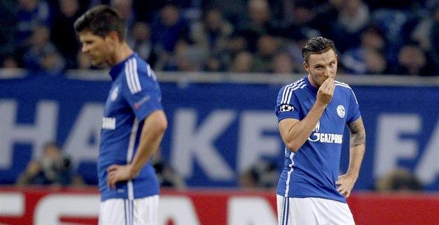 SMUTEK. Fotbalisté Schalke 04 Marco Hoeger (vpravo) a Klaas-Jan Huntelaar jsou...