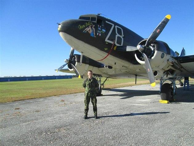 Roman �tengl p�ed nádhernou Dakotou C-47