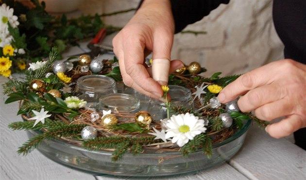 Sta�í jen drobná obm�na a p�idání �ivých kv�t� a  adventní v�nec na Vánoce...