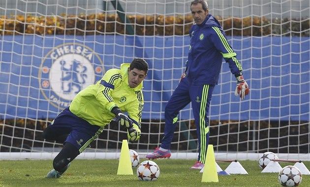 Thibaut Courtois (vlevo) b�hem tréninku Chelsea pod dohledem trenéra gólman�...