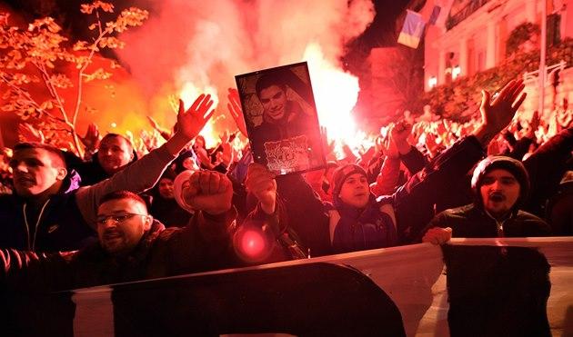 MRTVÝ A PLAMENY. P�íznivci Crvené Zvezdy protestují poblí� turecké ambasády v...