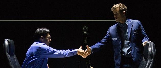 Magnus Carlsen (vpravo) a Vi�vanáthan Ánand se zdraví p�ed jedenáctým,...