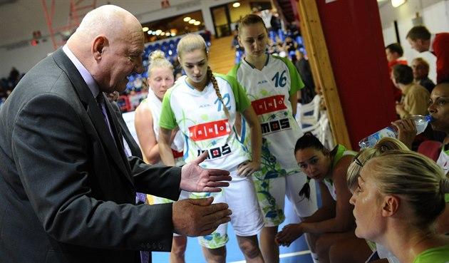 Jan Bobrovský hovo�í b�hem time-outu k basketbalistkám IMOS Brno.
