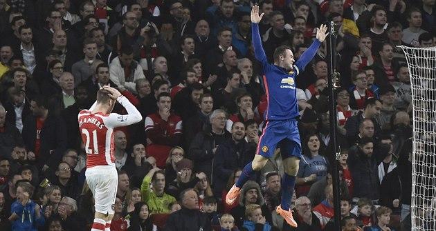 RADUJU SE Z CIZÍHO NE�T�STÍ. Úto�ník Manchesteru United Wayne Rooney (vpravo)...