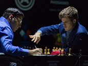Magnus Carlsen (vpravo) je mistrem sv�ta. Porazil vyzyvatele Vi�vánáthána...