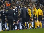 Přerušený zápas! Hráči i rozhodčí na devět minut opustili hřiště.