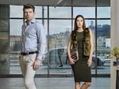 Lucy: šaty, vesta a náhrdelník, Topshop; psaníčko, Marks & Spencer; polobotky, Minelli. George: košile, kalhoty a pásek, Blažek; polobotky, Aldo.