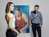 Lucy: top, Tereza Ujevičová, kalhoty, jsem/Lenka Štěpánková, oboje prodává La Gallery Novesta; psaníčko, Marks & Spencer; náhrdelník, Topshop. George: košile, sako a kalhoty, Blažek.