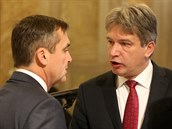 Nov� a star� prim�tor. Ustavuj�c� zastupitelstvo na brn�nsk�m magistr�tu - Petr Vok��l (vlevo) diskutuje s Romanem Onderkou (uprost�ed).