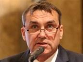 Petr Vokřál hovoří před zastupiteli.