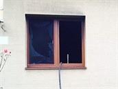 Do rodinného domu, který ho�el, vnikli hasi�i p�es okno. Z domu vynesli mu�e v...