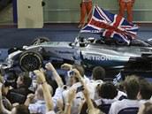 PODRUHÉ MISTR SV�TA. Lewis Hamilton po vít�zné kole v Abú Zabí.
